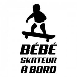 bébé skateur avec sa planche de skate interdite à bord - vitre ou carrosserie