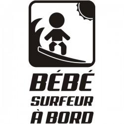 bébé surfeur à la plage avec sa planche de surf interdite à bord - vitre ou carrosserie